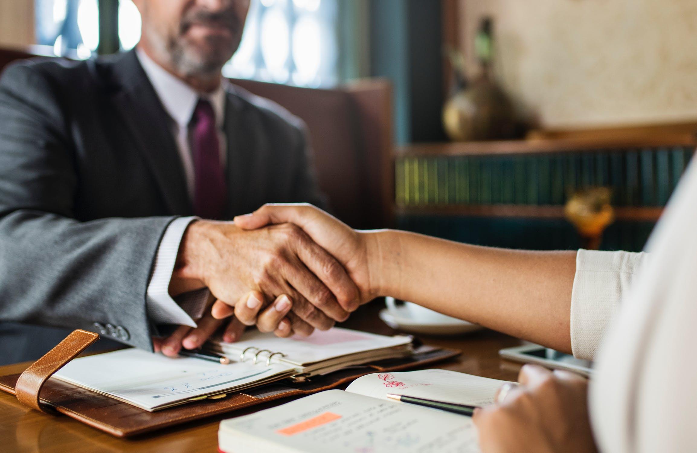 Avantajele de a apela la serviciile unei case de avocatura