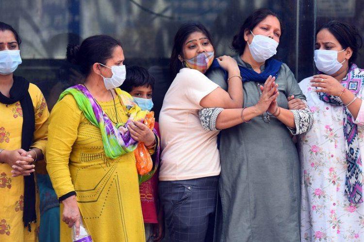 India stabileste un nou record de 412K de cazuri COVID-19, aproape decese 4K, pe masura ce infectiile se raspandesc