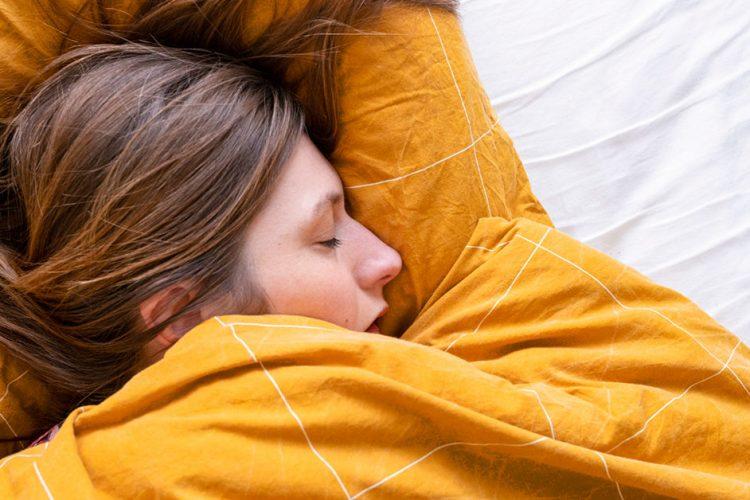 4 moduri de a te racori in timp ce dormi