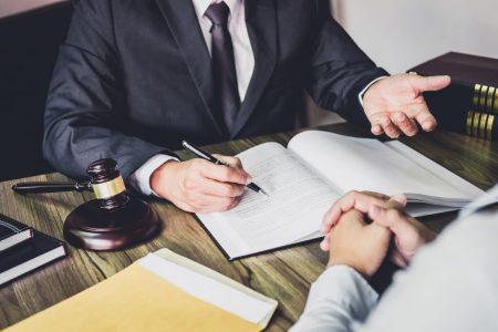 Se merita sa angajezi un avocat?
